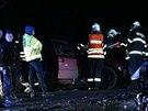 Po čelní srážce dvou osobních aut u Buštěhradu zemřela řidička golfu, řidiče druhého vozu převezl vrtulník do nemocnice.