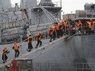 Všech 400 ruských námořníků se nalodilo na mateřskou loď Smolnyj, na které v létě do Francie přicestovali, a ve čtvrtek po poledni vypluli z přístavu.
