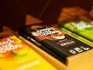 Podnikají řadu cest na veletrhy čokolády, pak oslovují firmy a malé rodinné čokoládovny, které na těchto akcích získávají ocenění.