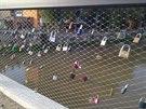 Na Tyršův mostu v Přerově začali zamilovaní po jeho otevření věsit zámky lásky. Město ale muselo začít řešit, že poškozují kovovou výplň zábradlí, která se začala trhat a chytat od zámků rez.