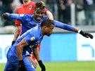 Patrice Evra (vpředu) slaví se spoluhráčem z Juventusu Turín Paulem Pogbou gól do sítě Sampdorie Janov.
