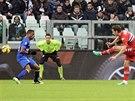 NAPŘÁHNU A POŠLU VÁM TO TAM. Útočník Sampdorie Janov Manolo Gabbiadini (vpravo) přesně pálí v duelu s Juventusem Turín.