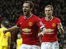YES! Juan Mata (vpředu) z Manchesteru United zažívá chvíle euforie, svým gólem zvýšil vedení nad Liverpoolem na 2:0, s gratulací přibíhá James Wilson.