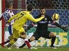 Luciano Vietto (ve žlutém) z Villarrealu střílí gól do sítě Atlética Madrid.