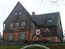 Pohled do Krušnohorského muzea hraček a na poutače několika místních dílen a obchodů v  samém centru Seiffenu.