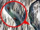 Dva švýcarští dobrodruzi sjeli mrazivou řeku v největším evropském ledovci Aletsch.