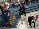 Ochranka vyvádí muže s mexickou vlajkou, který si při předávání Nobelovy ceny za mír stoupl přímo před Malálu Júsufzajovou a Kajláše Satjárthího (Oslo, 10. prosince 2014).
