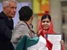 Muž s mexickou vlajkou si při předávání Nobelovy ceny za mír stoupl přímo před Malálu Júsufzajovou a Kajláše Satjárthího (Oslo, 10. prosince 2014).