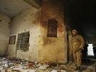 Školní budovu silně poznamenala několikahodinová přestřelka a výbuchy (Péšávar, 17. prosince 2014).