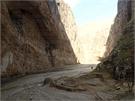 Ke komplexu se dá dostat jedině zčásti vyschlým řečištěm (Afghánistán, 26. listopadu 2014).