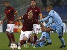 BOJ O MÍČ. Vpřed s ním vyráží Radja Nainggolan z AS Řím, napadá ho Fernandinho z Manchesteru City.