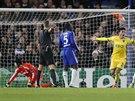 PŘEKONANÝ PETR ČECH. Českého gólmana ve službách Chelsea pokořil Jonathan Silva ze Sportingu Lisabon (třetí zprava).