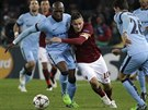 OBKLOPEN BLEDĚMODRÝMI. Francesco Totti, kapitán AS Řím, versus hráči Manchesteru City.