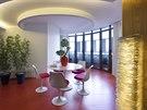 Židle a stůl v jídelním koutě navrhl designér Eero Saarinen v roce 1957 pro Knoll a do bytu je dodala firma Vitra.