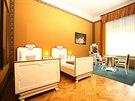 Pokoje jsou vybavené dobovým mobiliářem nebo jeho napodobeninami.
