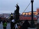 Na Karlov� most� máte mo�nost potkat lampá�e v historickém obleku, který rozsv�cí plynové osv�tlení pomocí dlouhé ty�e. S rozsv�cením se za�íná sou�asn� s rozsvícením ve�ejného osv�tlení-tj.asi 16:15