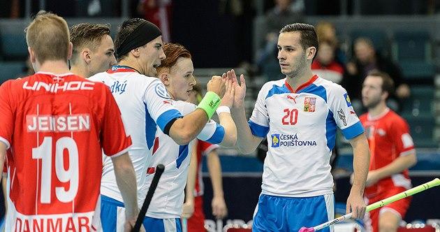 �e�tí florbalisté se radují z gólu v duelu s Dánskem. Vpravo je Martin Toko�, s...