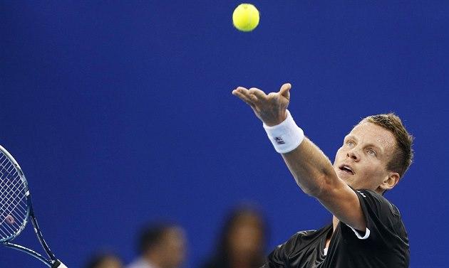 Tomá� Berdych podává v utkání s Novakem Djokovi�em na tenisové sout�i IPTL v...