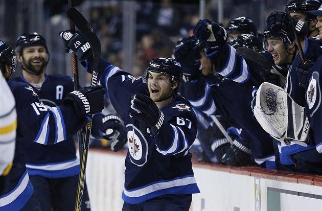 Michael Frolík z Winnipegu jásá. Radost si ud�lal vst�eleným gólem do sít�...