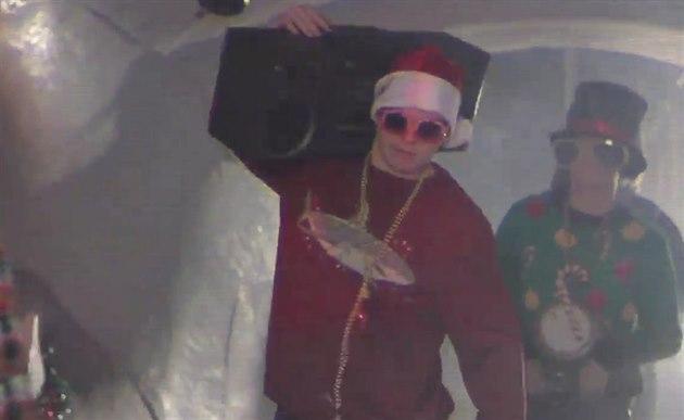 RAPER. Hokejista Tomá� Hertl si v legra�ním váno�ním videoklipu zahrál na...