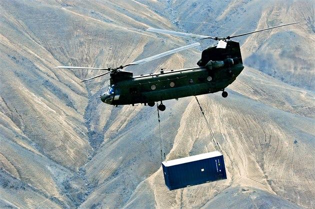 Chinook americké armády p�ená�í kontejner b�hem operace v afghánské provincii...