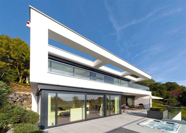 Dominantou hlavního pr��elí domu je p�edsazený bílý rám, který v horním podla�í...