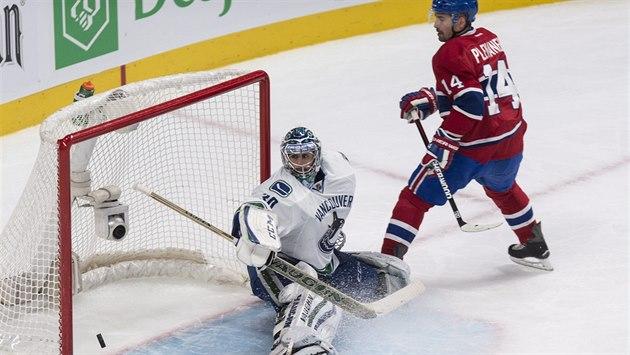 Montrealský úto�ník Tomá� Plekanec p�ekonává gólmana Ryana Millera z Vancouveru.