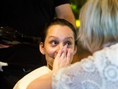 Zatímco kadeřník Nikola Stojanovič vlasy foukal, vizážistka Petra Kunstová pracovala na elegantním make-upu.