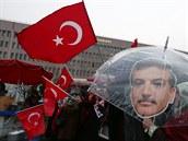 Lidé s tureckými vlajkami a portréty �éfa mediální skupiny Hidayeta Karacy...