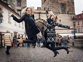Rozpustilé freeriderky v Praze. Extrémní lyžařky Sandra Lahnsteinerová a Matilda Rapaportová ve Starém městě