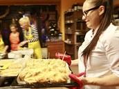 Vedoucí kurzu pe�ení váno�ního cukroví Jana Chotová práv� vytahuje z trouby...