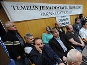 Starostové obcí z okolí Temelína p�i�li na jednání krajských zastupitel� s...