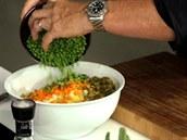 P�idejte mra�ený zelený hrá�ek, dodá salátu barvu.