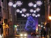 Města jsou v zimě přesvícená i kvůli vánoční výzdobě, lidé hůře spí