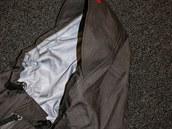 Kapuca má robustní kšilt, který celou konstrukci zpevňuje.