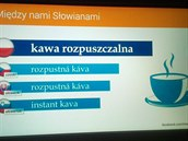 Vlakový infopanel prezentuje pojem ve čtyřech slovanských jazycích