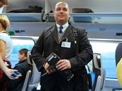 Průvodčí velice ochotně pózoval objektivům cestujících i novinářů.