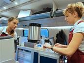 Občerstvení pro cestující se skládá z teplého nápoje (káva, nebo čaj), studeného nápoje (voda, nebo džus) a sladkosti.