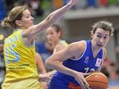 Eva Víte�ková z USK Praha (vlevo) brání Elodii Godinovou z Montpellieru.