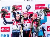 Tři nejlepší ze sprintu v Pokljuce: (zleva) druhá Dorothea Wiererová z Itálie, vítězná Gabriela Soukalová a třetí Valja Semerenková z Ukrajiny.