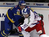 �eský hokejista Radek Smole�ák (vpravo) v souboji s Oskar Möllerem z týmu...