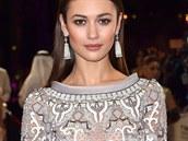 Momentálně jezdí Olga Kurylenko po světě kvůli propagaci filmu s Piercem Brosnanem. Její krásu nelze přehlédnout, což vědí i módní návrháři, kteří ji posílají úchvatné róby. V Dubaji se ukázala v šatech Ralph&Russo.