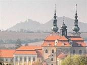 Pohled na velehradskou baziliku a hrad Buchlov