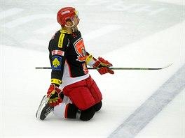 Hradecký obránce Peter Frühauf se nadšeně klouže po ledě, právě vstřelil gól do sítě pardubických rivalů.