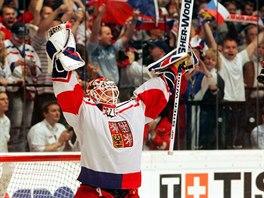ZLATÁ RADOST. Český brankář Tomáš Vokoun slaví triumf na mistrovství světa ve Vídni 2005.