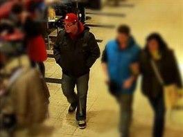 Pachatele v kšiltovce a s brýlemi zachytily kamery poblíž incidentu.