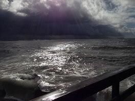 Jihem Kalifornie se prohnala siln� bou�e, zp�sobila lok�ln� z�plavy a zp�etrhala �adu elektrick�ch veden� (12. prosince 2014)