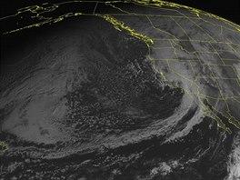 Satelitn� sn�mek NOAA bou�kov�ho syst�mu nad z�padn� ��st� USA (12. prosince 2014)
