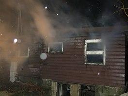 Když hasiči přijeli k chatě v Trojanovicích, silně už v ní hořelo.