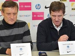 Ji�� Kotrba (vlevo) a Josef Csapl�r se v prosinci 2014 ujali fotbalist� Liberce.